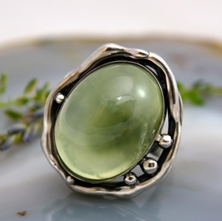 Кольцо с пренитом натуральным